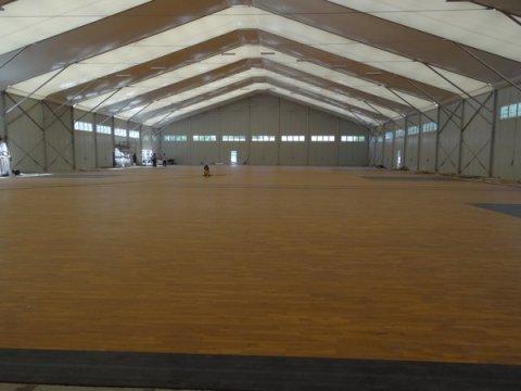 篮球场必须用运动木地板,为